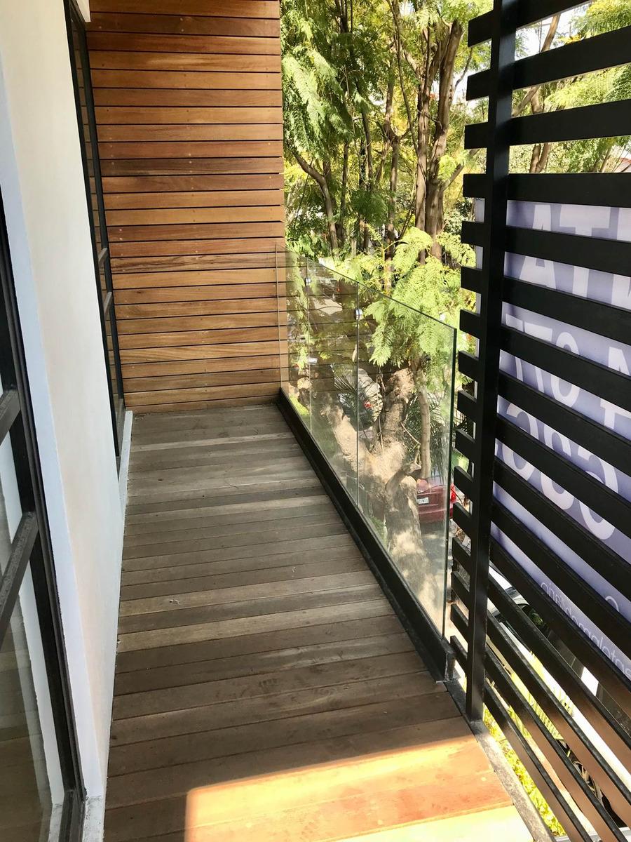 en renta edificio de pocos vecinos con balcón