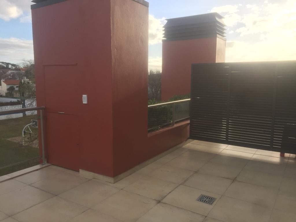 en venta, 3 amb. con terraza con parrilla, roca y tucuman