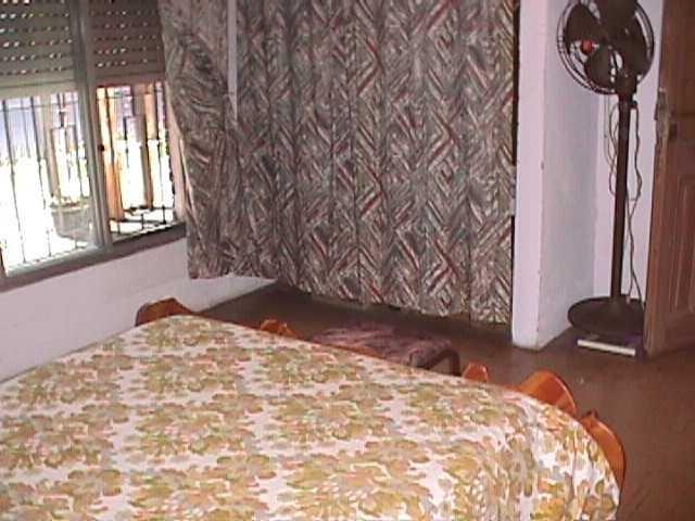 en venta en caseros: casa al fte con 2 dormitorios c/pisos de parquet, cocina comedor, living comedor, 1 baño, lavadero, patio y jardin. f: 7763