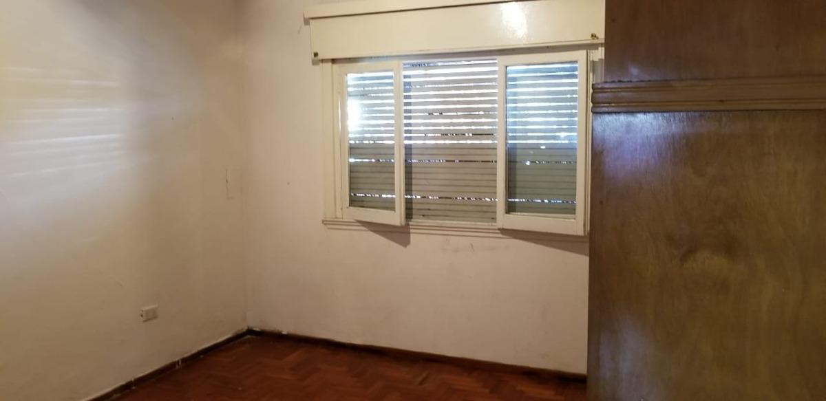en venta en caseros caseros: casa americana de 3 ambientes con fondo. living comedor; cocina comedor; dos dormitorios; baño completo, fondo! f: 7730