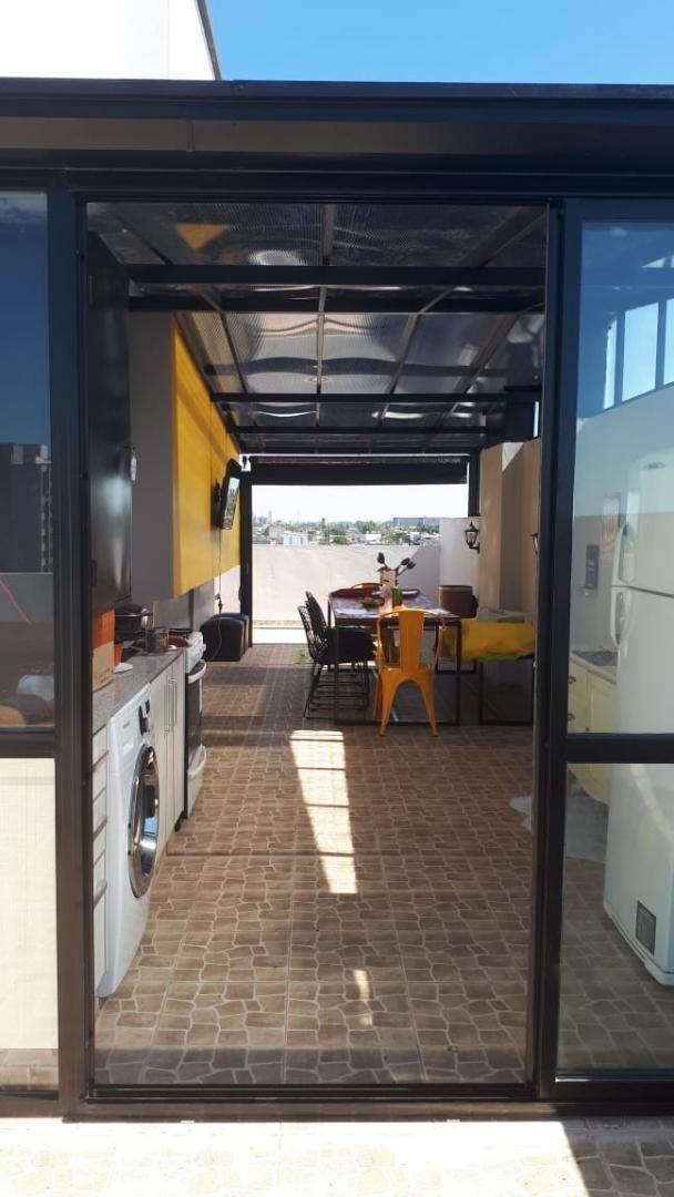 en venta en caseros departamento de 3 ambientes en pleno centro de caseros con cochera terraza y quincho propio f: 8195