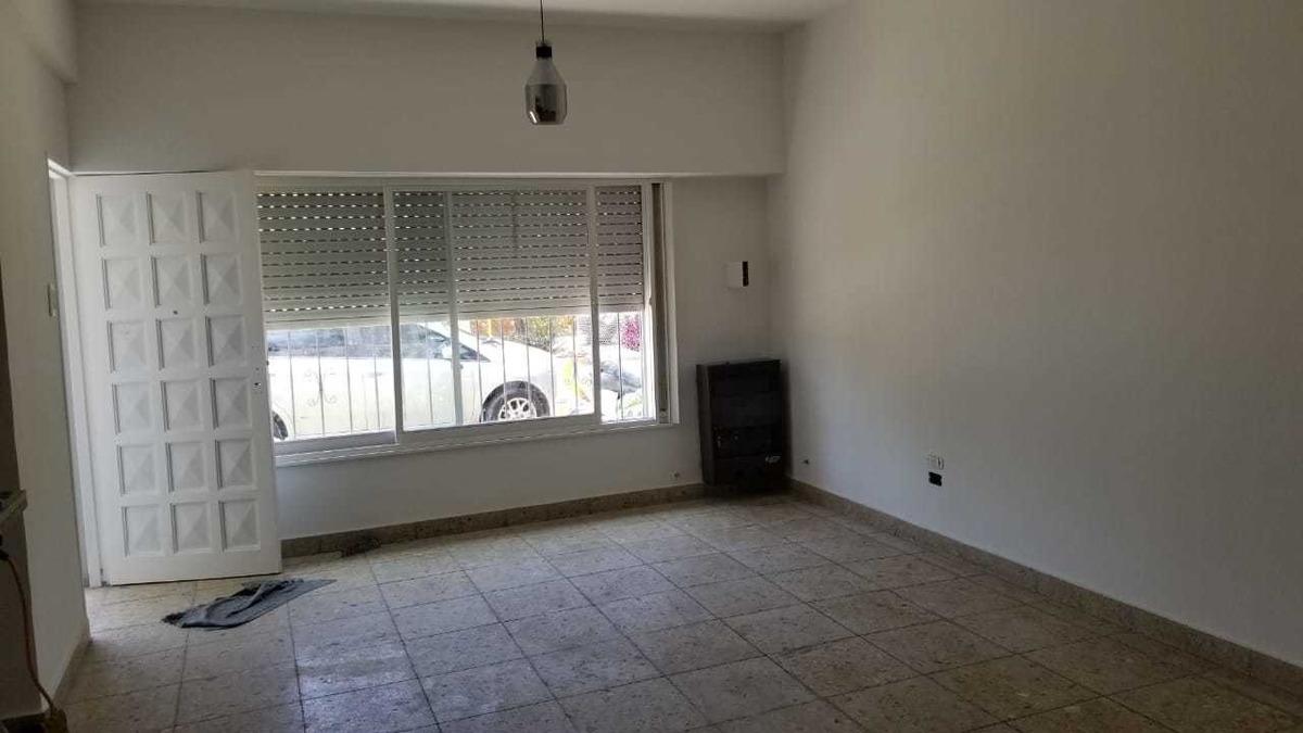 en venta en el palomar; casa al frente de 3 ambientes con patio. tomo menor valor en parte de pago f: 8124