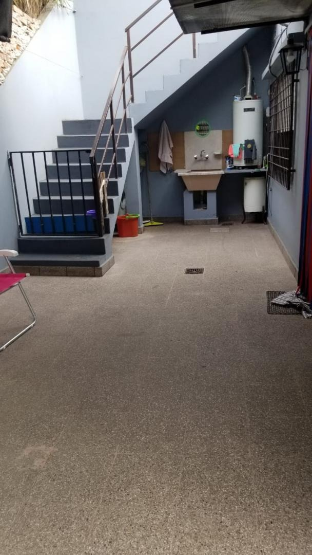 en venta en el palomar casa en esquina con fondo, pileta y terraza. la casa se encuentra en muy buen estado, tiene cochera f: 8190