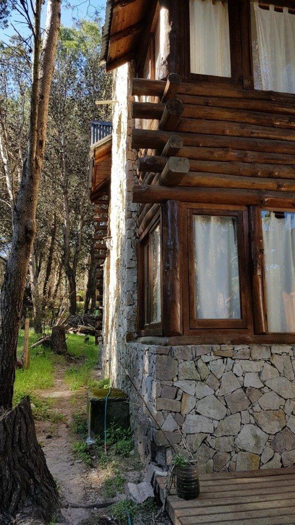 en venta - mar azul- hermosa cabaña en tronco y piedra, en dos plantas para 8 personas, en terreno muy arbolado.