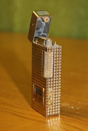 encendedor dorado con reloj