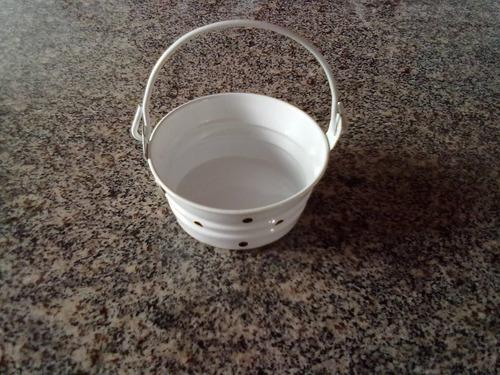 enfeite de baldinho branco em lata esmatada anos 90