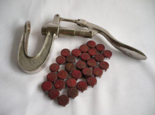 engrampadora antigua para encomindas con grampas de metal