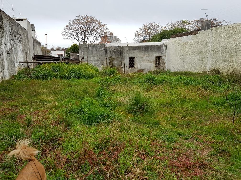 enorme terreno con edificaciones para reciclar