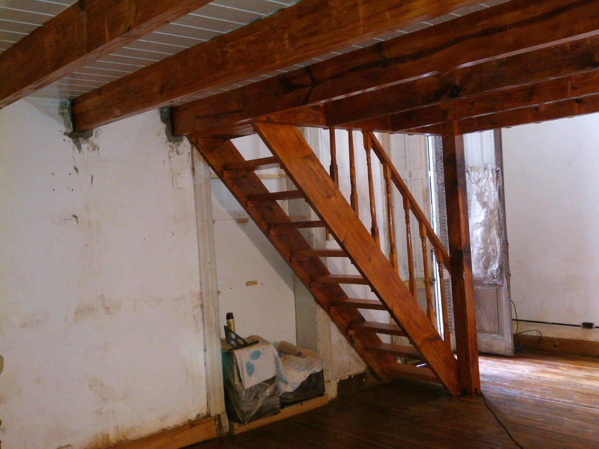 Altillos de madera top esta es sin duda una vivienda en for Como hacer una escalera para entrepiso