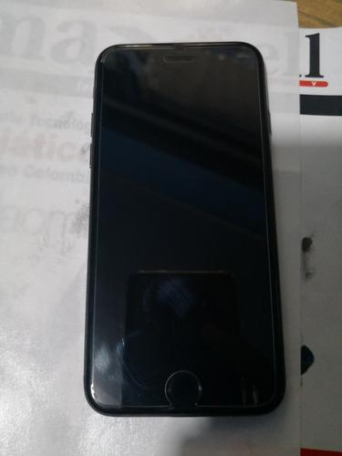 es un celular phone color negro único dueño con audífonos y