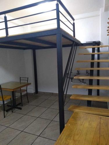 es una habitación amueblada (cama individual, clóset, mesa