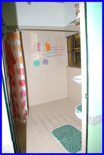 es una propiedad dividida en tres módulos que cuenta con privilegiada ubicación.en la parte poniente, cuenta con 3 locales de 400 metros cada uno.2 medios baños en el primer piso. 1 baño en el seg