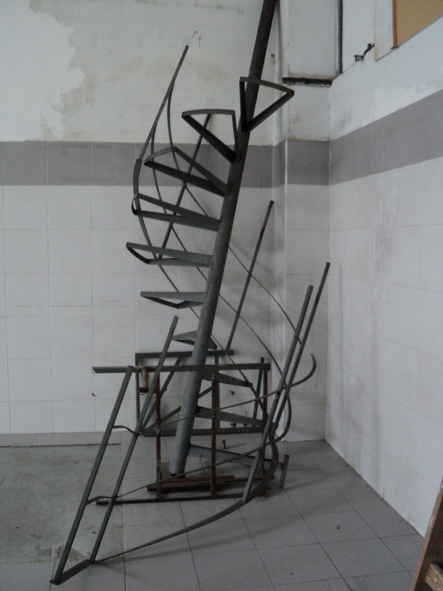 escalera caracol de hierro con escalones de algarrobo