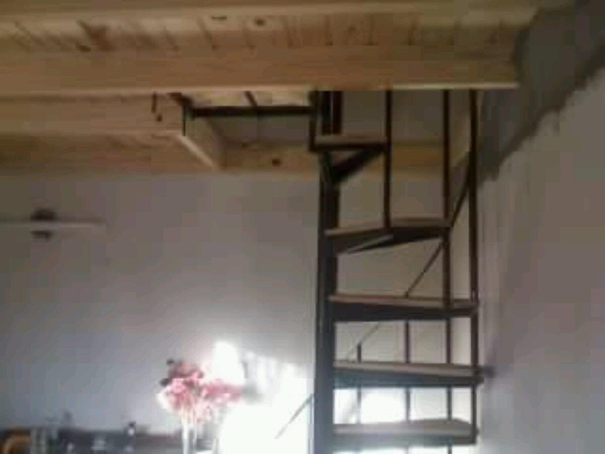 escalera caracol de hierro con escalones de maderas de pino