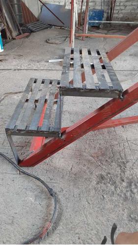 escalera de acero, terminada y pintada