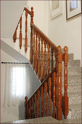 Escaleras barandales pasamanos de madera torno for Muebles para escaleras madera