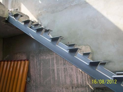 escaleras de fierro con pasos de madera y barandas de acero