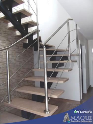 escaleras de metal con pasos de madera / barandas