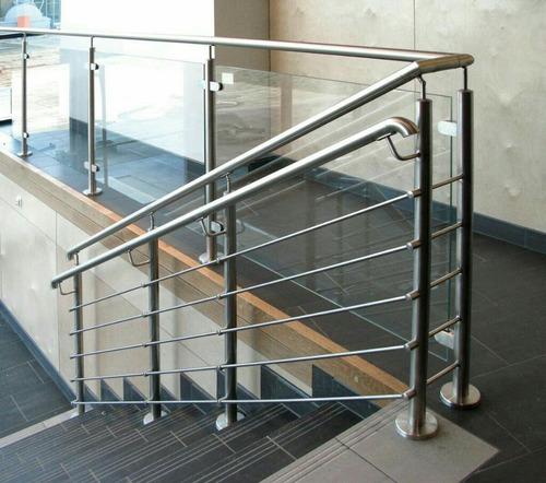 escaleras y barandas de vidrio