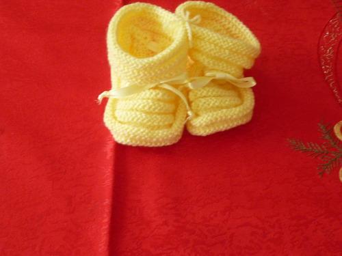 escarpines amarillos para bebe !!!