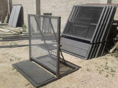 escenarios, torres de sonido, vallas, gradas y generadores