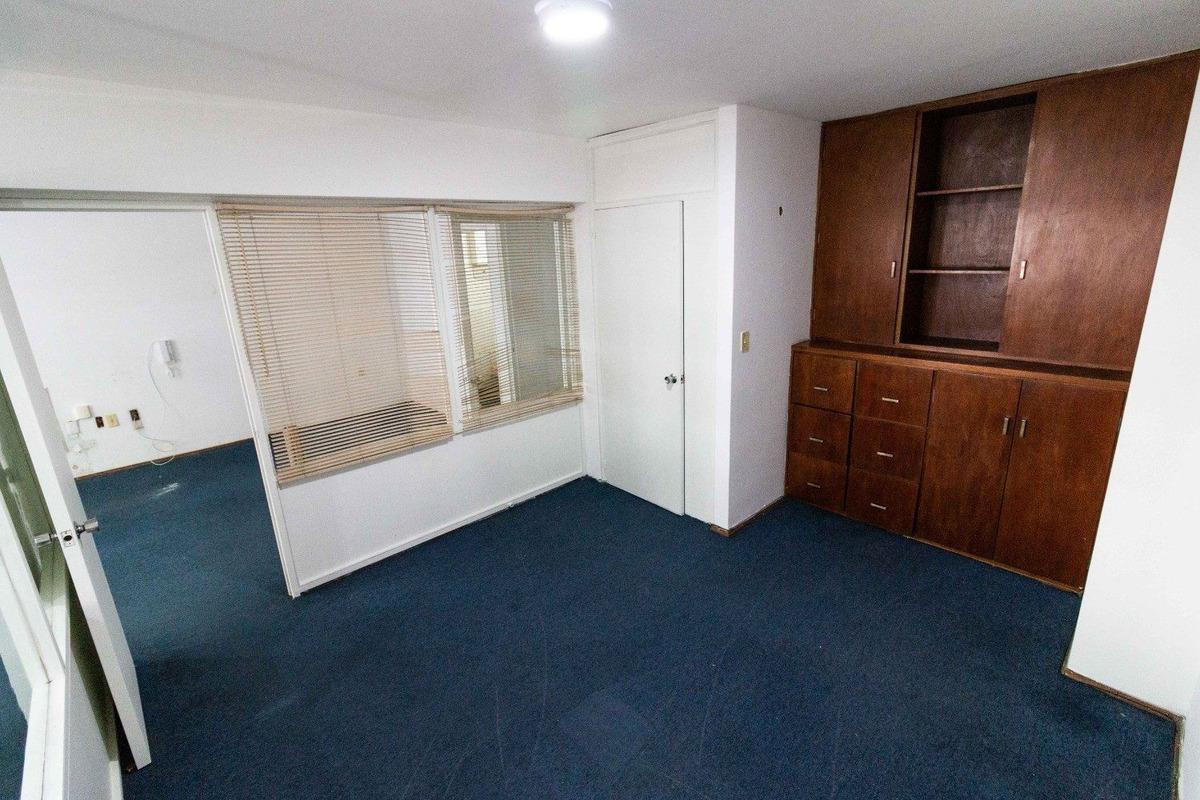 escritorio con 2 oficinas en el centro