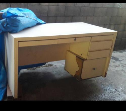 escritorio con algunos detalles de enchapado