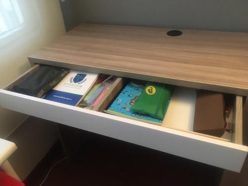 escritorio con biblioteca y cajón