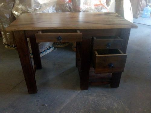 escritorio con cubiertas de mezquite y madera vieja.