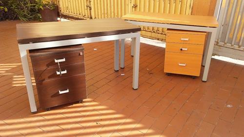 escritorio con patas metalicas sin arturito