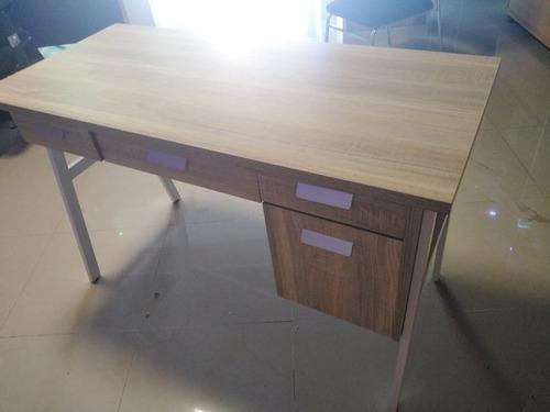 escritorio de madera.