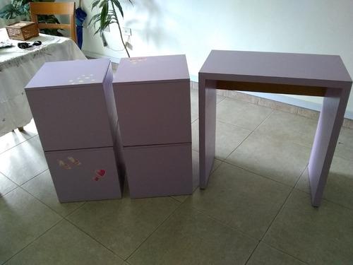 escritorio de madera con 4 cubos morados