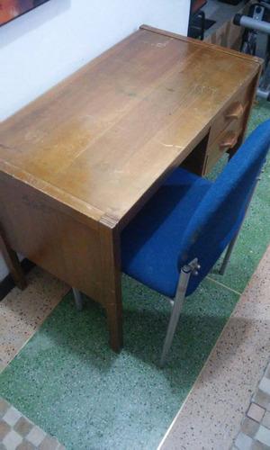 escritorio de madera con silla