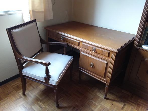 Escritorio de madera con silla y 2 libreros iguales for Sillas para escritorio de madera