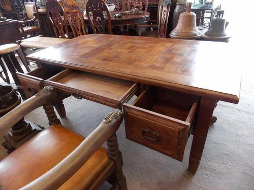 escritorio de mezquite tallado a mano estilo antiguo.
