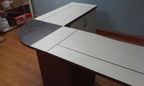 escritorio en l con arturito y archivador de dos colores.