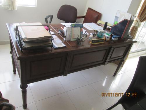 escritorio gerencial en madera con tapizado en cuero