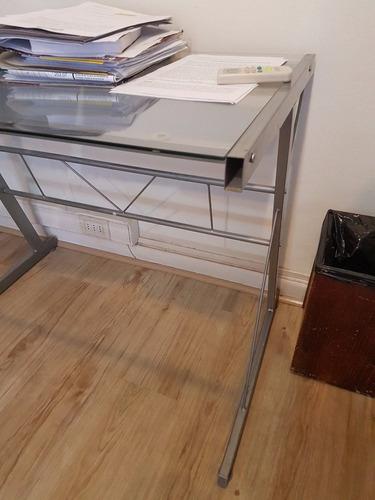 escritorio metálico con vidrio