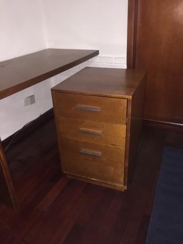 escritorio moderno en madera , con arturito