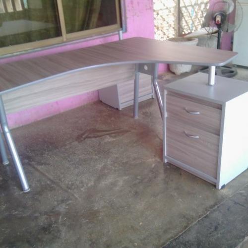 escritorio modular con base de metal