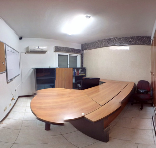 escritorio oficina con los tres estante y arturiturito