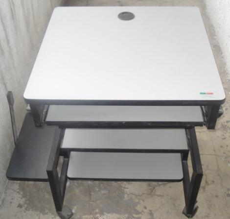 escritorio para tareas, computadora de escritorio o laptop