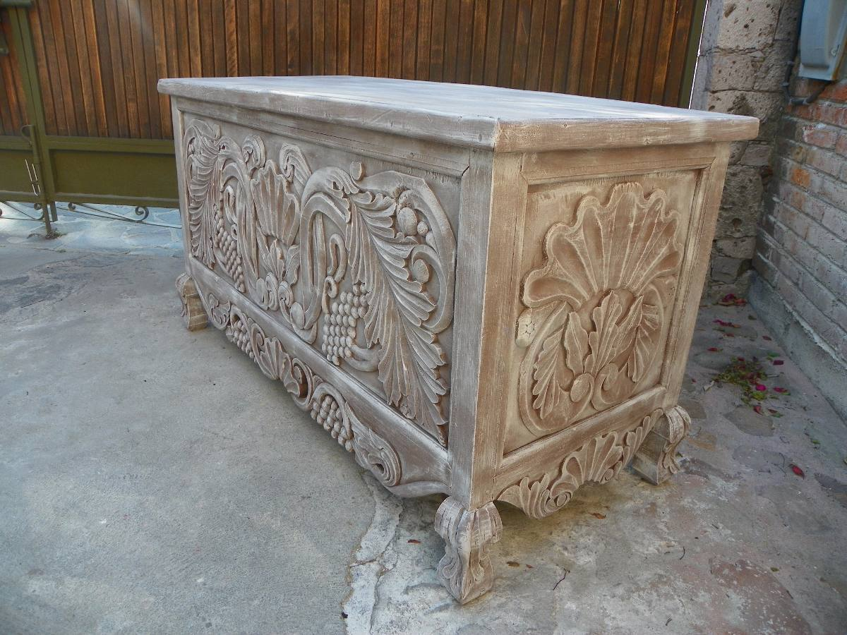 Escritorio vintage tallado en madera decapado antiguo for Muebles tallados en madera