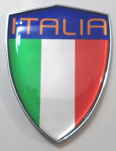 escudo cromado e com resina na bandeira da itália - bre