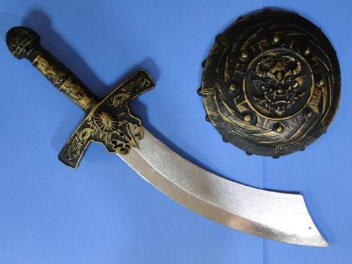 escudo redondo e espada curva pirata simbad jack sparrow