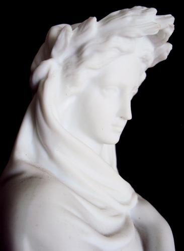 escultura antiga em biscuit da deusa grega héstia ou vesta