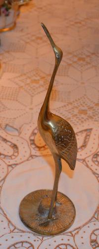 escultura antigua de ave de bronce.