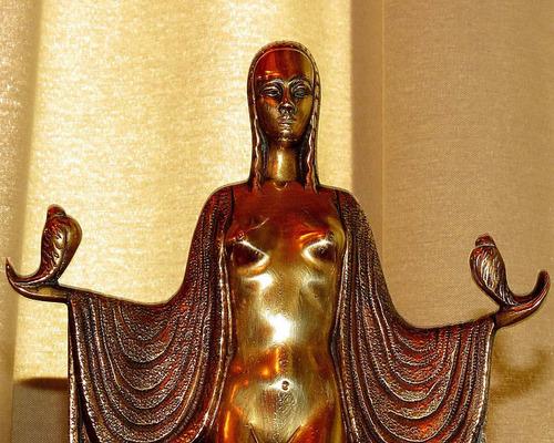 escultura antigua de bronce con base de mármol.