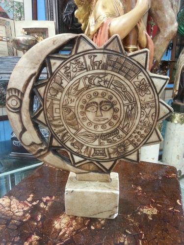 escultura antigua sol y luna tallada en marmol