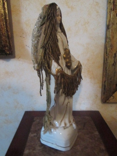 escultura antigua virgen en porcelana decorada en iglesia